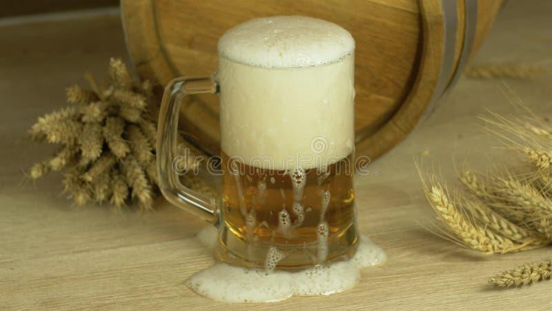 Bierglazen lagerbier met oud houten vaatje stock foto's