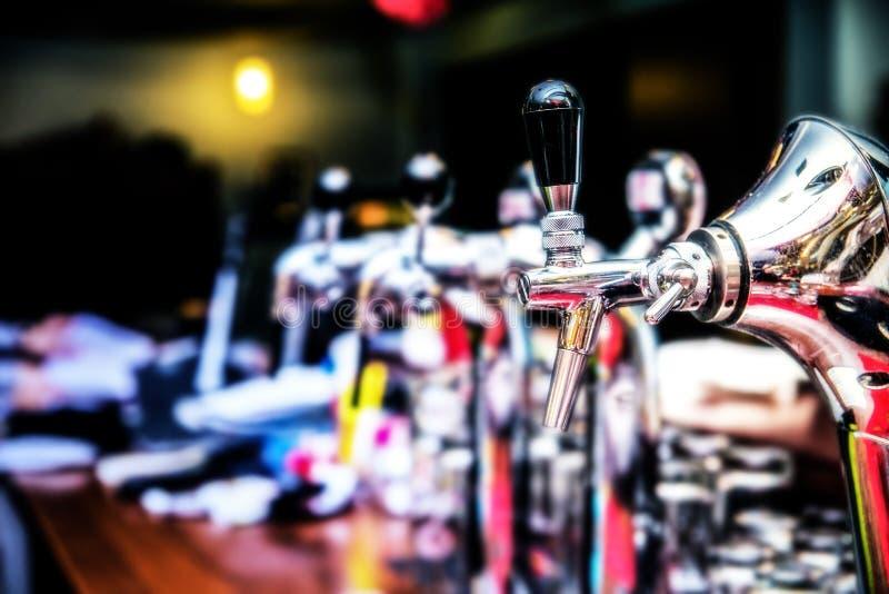 Bierhähne in einer Bar Metallische Bierhähne Bierhahn am Restaurant lizenzfreie stockfotografie