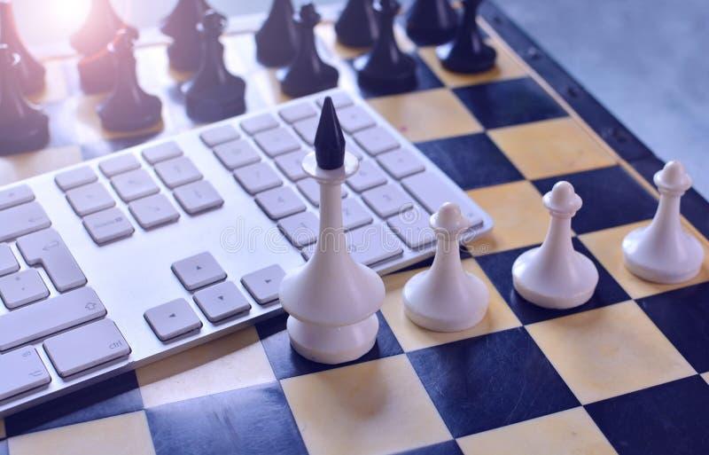 Bierki blisko komputerowej klawiatury obrazy royalty free