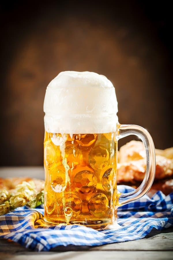 Bierkrüge und Brezeln auf einem Holztisch Oktoberfest Bierfestival stockbild