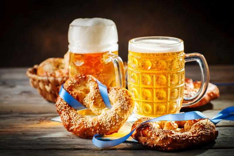 Bierkrüge und Brezeln auf einem Holztisch Oktoberfest Bierfestival lizenzfreie stockbilder