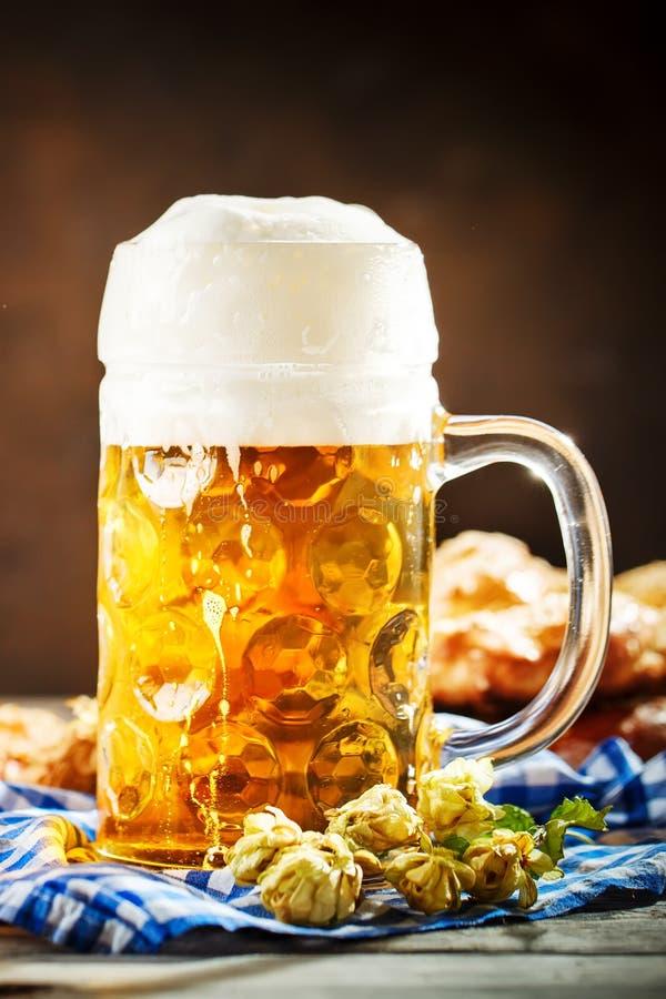 Bierkrüge und Brezeln auf einem Holztisch Oktoberfest Bierfestival lizenzfreie stockfotos