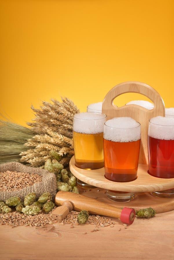 Bierkrat met bierglazen stock afbeeldingen