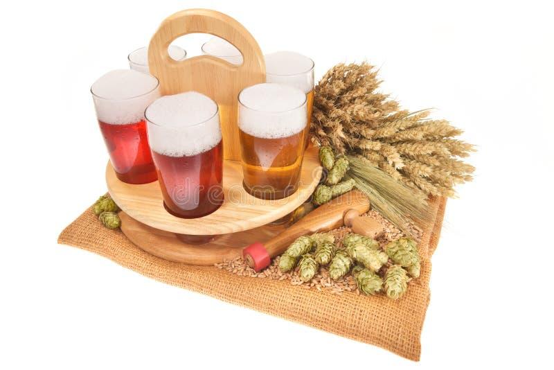 Bierkrat met bierglazen royalty-vrije stock afbeelding