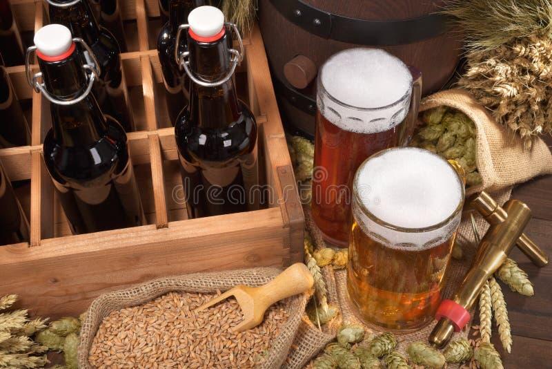 Bierkrat met bierglazen royalty-vrije stock afbeeldingen