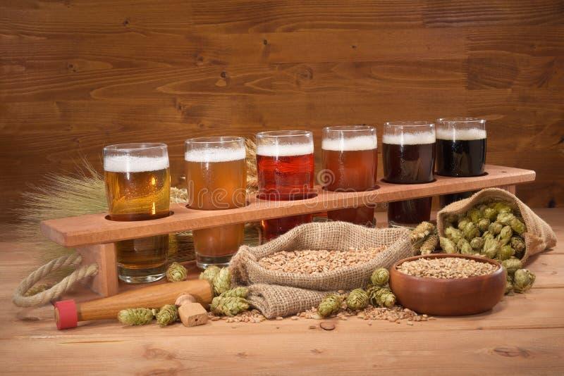 Bierkrat met bierglazen stock afbeelding