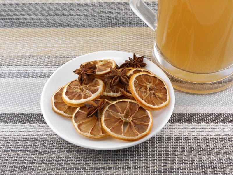 Bierkrug mit Zimt und Zitrone auf weißer Platte lizenzfreie stockfotografie