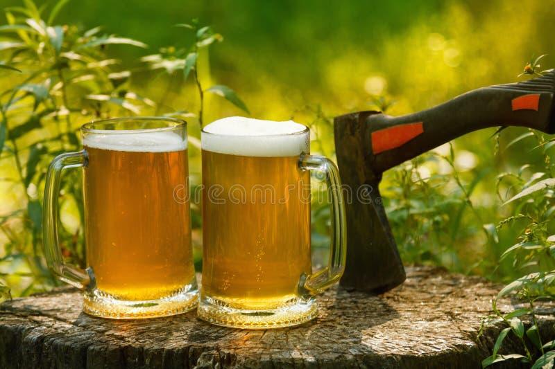 Bierkrugbeifall auf natürlichem Hintergrund lizenzfreie stockfotos
