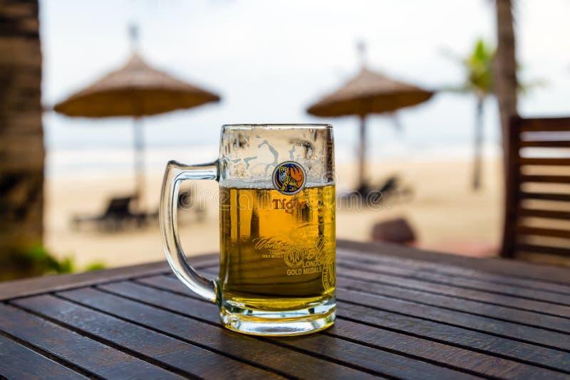Bierkrugregenschirm und schöner Sandstrand lizenzfreie stockfotos
