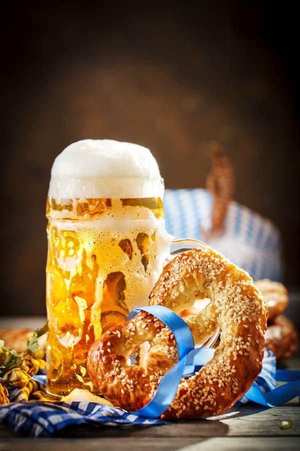 Biermokken en pretzels op een houten lijst Het bierfestival van Oktoberfest De illustratie van de kleur royalty-vrije stock fotografie