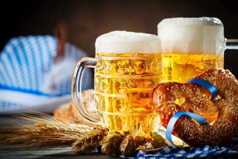 Biermokken en pretzels op een houten lijst Het bierfestival van Oktoberfest De illustratie van de kleur stock foto
