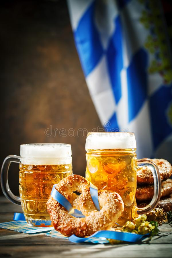 Biermokken en pretzels op een houten lijst Het bierfestival van Oktoberfest De illustratie van de kleur stock afbeelding