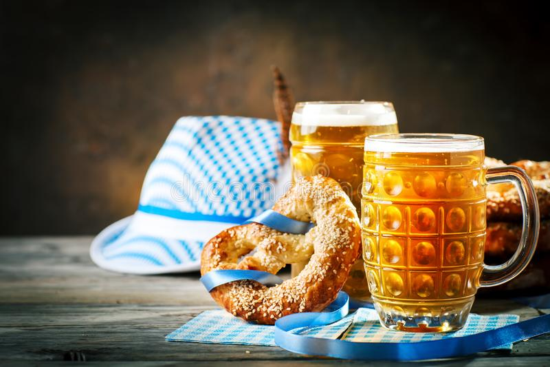 Biermokken en pretzels op een houten lijst Het bierfestival van Oktoberfest De illustratie van de kleur royalty-vrije stock foto