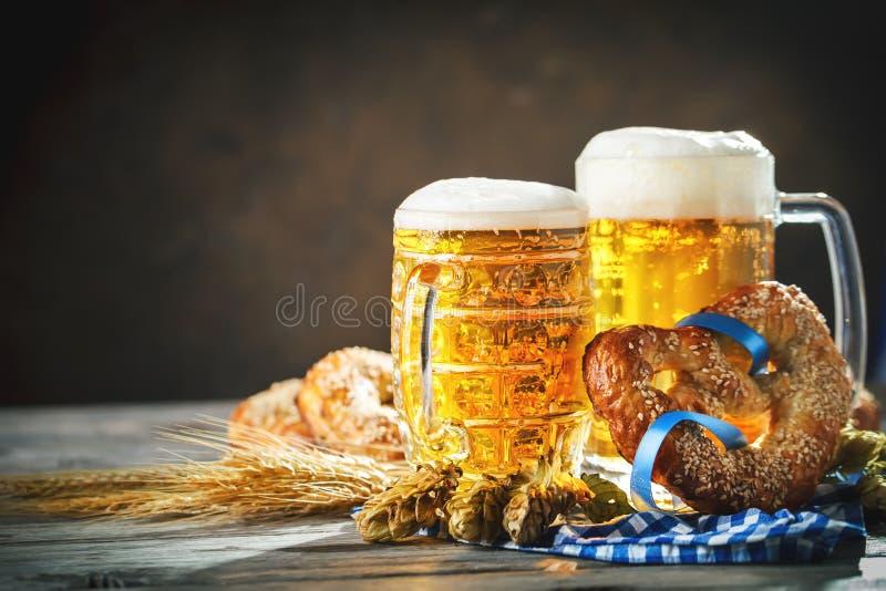 Biermokken en pretzels op een houten lijst Het bierfestival van Oktoberfest De illustratie van de kleur royalty-vrije stock afbeeldingen