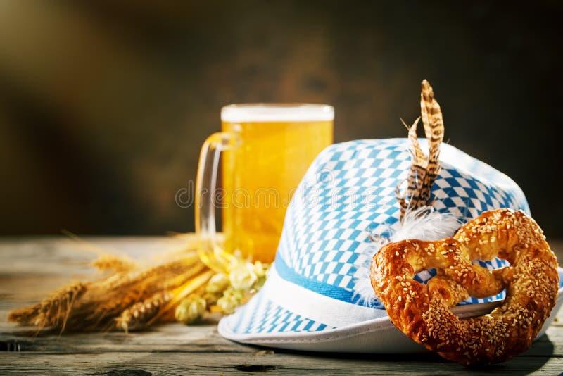Biermokken en pretzels op een houten lijst Het bierfestival van Oktoberfest De illustratie van de kleur stock fotografie