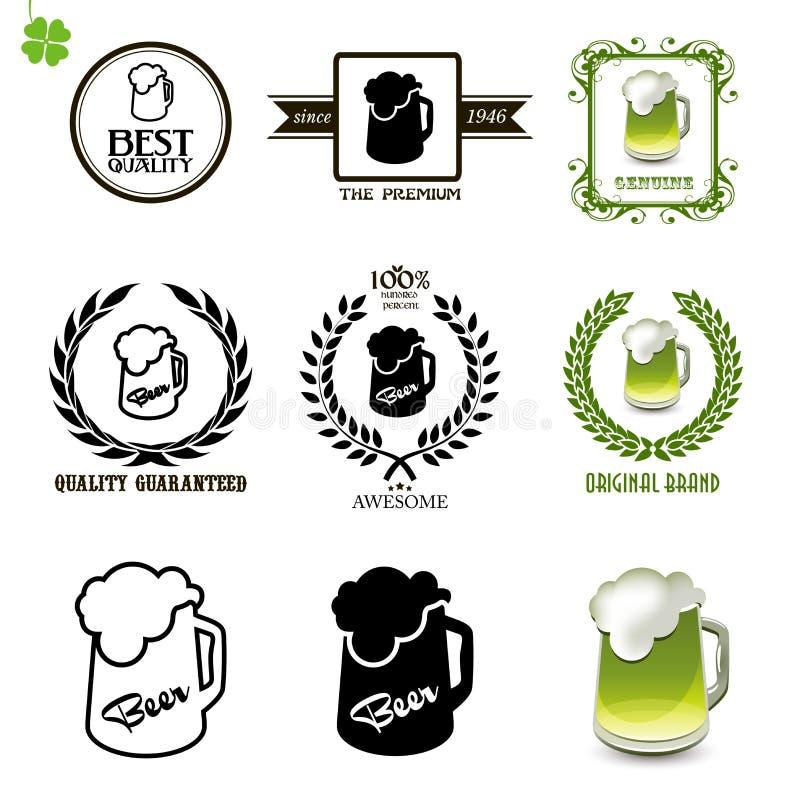 Biersatz Weinleseaufkleber, -ikonen und -logos mit Gläsern Bier vektor abbildung