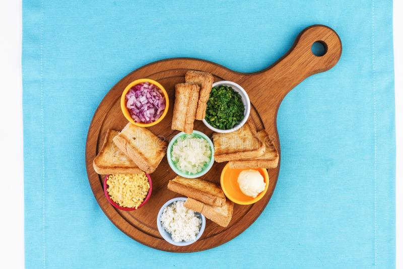 Bierset mit Zwiebelringen, Brottoasten und Saucen nach mediterranem Rezept stockbilder
