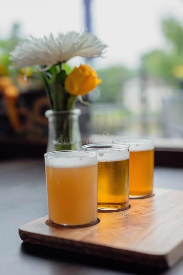 Biersteekproeven op een restaurantlijst stock afbeelding
