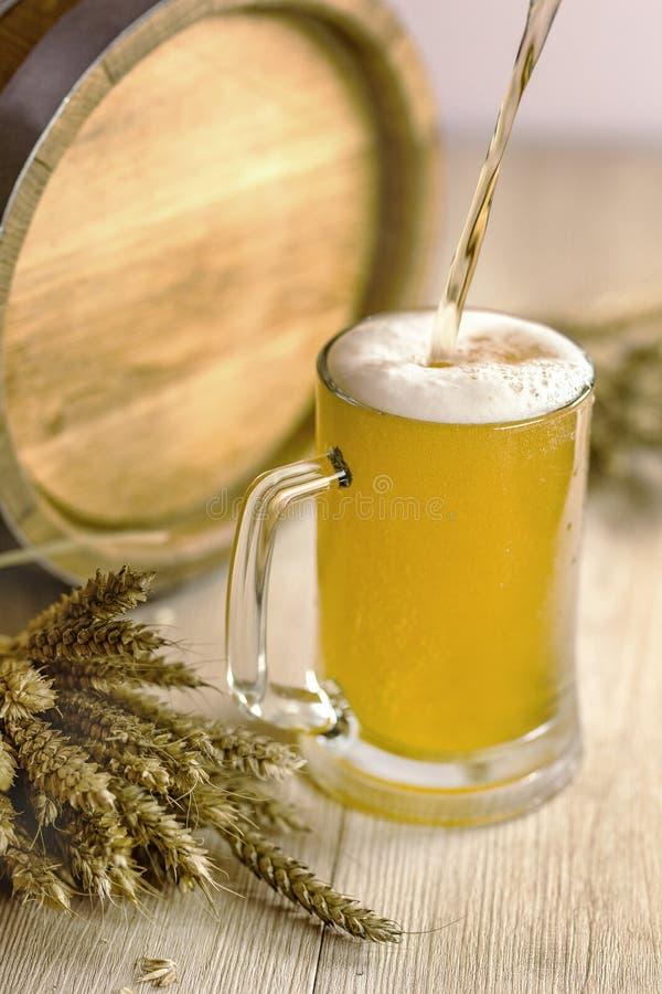 Biervat met bierglazen op lijst aangaande een houten achtergrond Oktoberfest royalty-vrije stock afbeelding