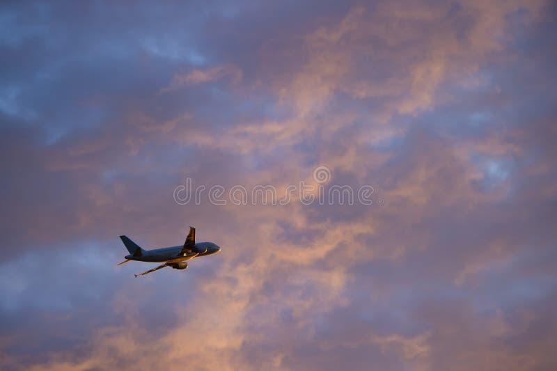 Bierze Daleko wielki Pasażerski Samolot zdjęcia royalty free