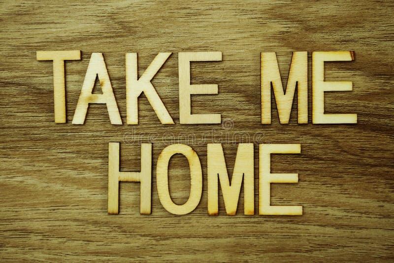 Bierze Ja Domową wiadomość tekstową na drewnianym tle obrazy stock