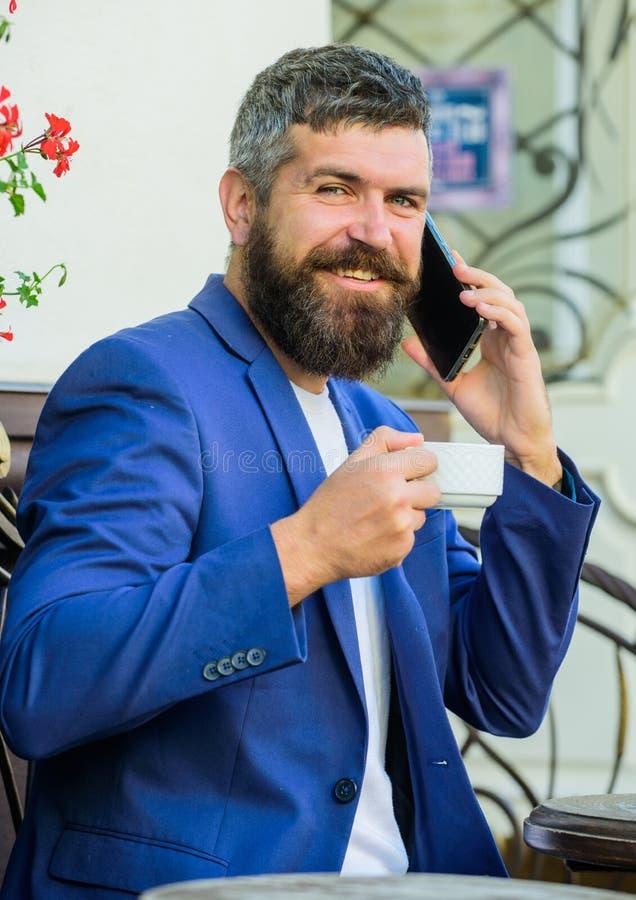 Bierze opiekę biznesowy parzysty, równy podczas gdy cieszy się kawę Modniś pracy biznesu wezwanie Biznesowe online sprzedaże Kier zdjęcie stock