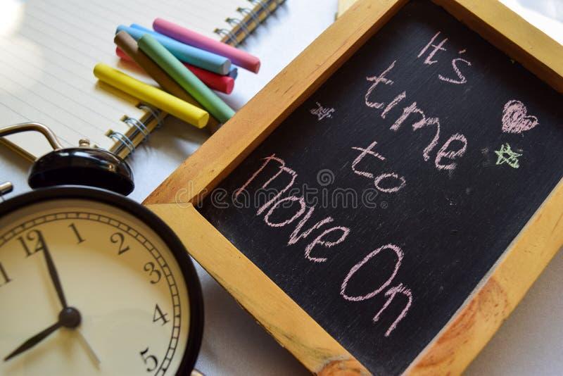 Bierze pierwszego kroka zwrotowi kolorowy ręcznie pisany na chalkboard, budziku z motywacją i edukacj pojęciach, Ja ` s czas mov fotografia stock