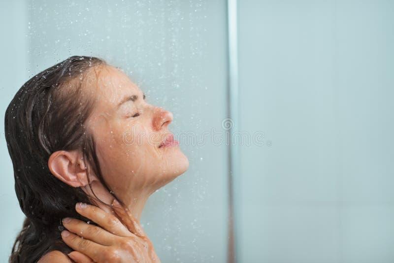 Bierze prysznic portret kobieta fotografia stock