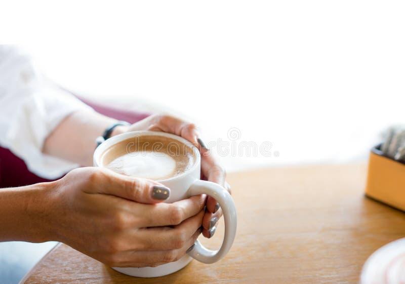 Bierze przerwy pojęcie Ręka trzyma filiżankę kawy zdjęcie stock