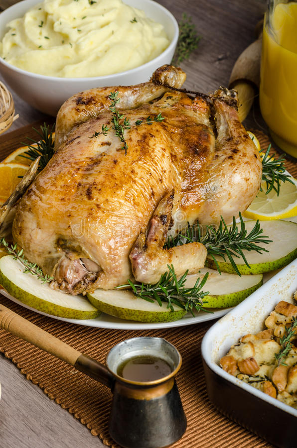 Biesiadować - faszerujący pieczony kurczak z ziele fotografia royalty free