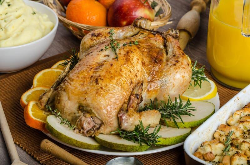 Biesiadować - faszerujący pieczony kurczak z ziele obrazy stock