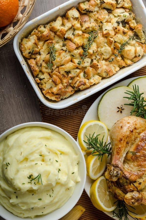 Biesiadować - faszerujący pieczony kurczak z ziele zdjęcia royalty free
