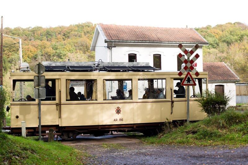 Biesme-Sous-Thuin - 30 de octubre: Tranvía viejo del tranvía de la herencia delante de la estación de Haut Marteau en Biesme-Sous imágenes de archivo libres de regalías