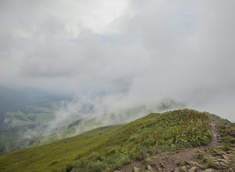 Bieszczady山看法,南部波兰,欧洲东部-象烟的云彩 免版税库存图片
