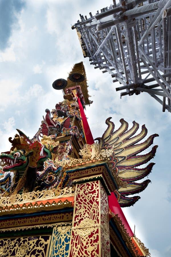 Bieten den Verbrennungsturm, der in Ubud für Königsfamilie-Begräbnis - 27. Februar 2018 vorbereitet wird lizenzfreies stockbild