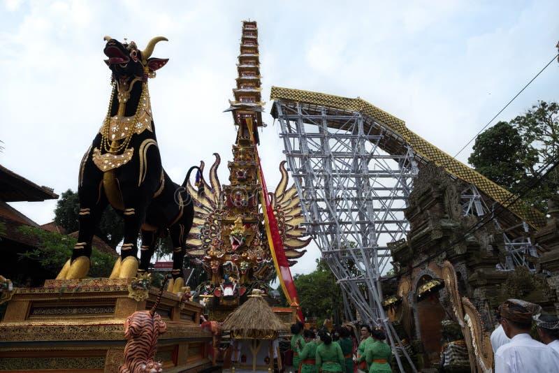 Bieten den Verbrennungsturm und Sarkophagsstier, die in Ubud für Königsfamilie-Begräbnis - 27. Februar 2018 vorbereitet wird lizenzfreie stockbilder