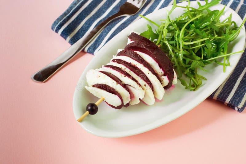 Bieten en witte kaas op vleespen, rucolablad stock afbeelding