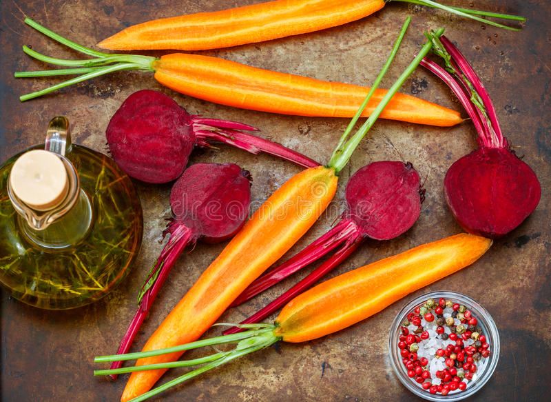 Bieten en Wortelen Verse rauwe groenten op het bakseldienblad klaar voor het roosteren met thyme en kruiden royalty-vrije stock foto's