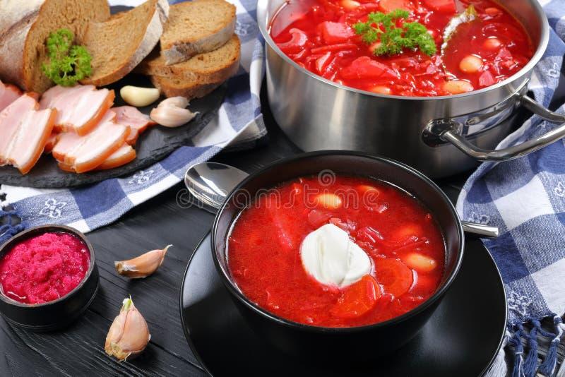 Bietensoep met witte bonen of borscht stock fotografie