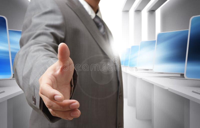 bietet Händedruck an lizenzfreie stockbilder