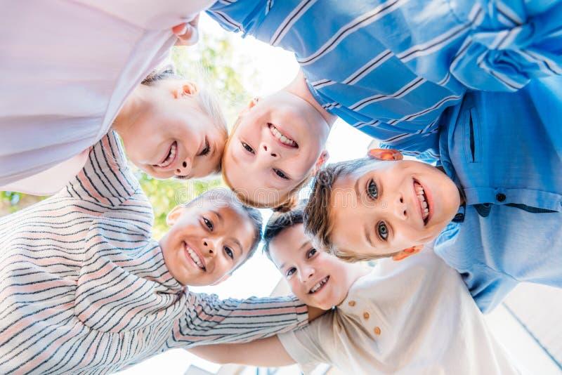 biew inférieur du groupe d'écoliers de sourire images libres de droits
