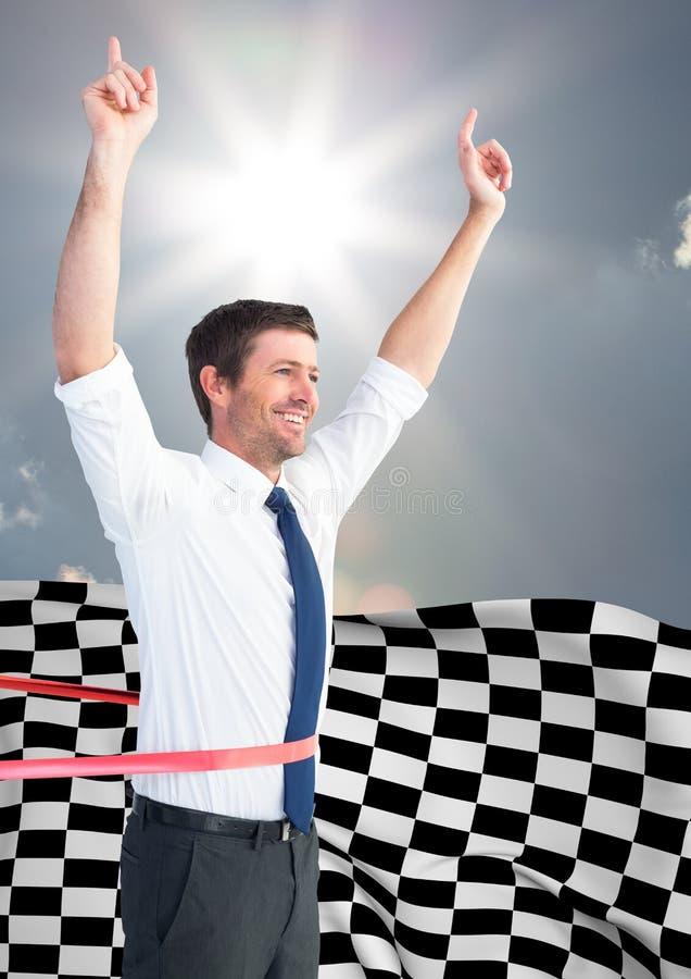 Bifall för affärsman på mållinjen mot himmel och sol och rutig flagga arkivbild