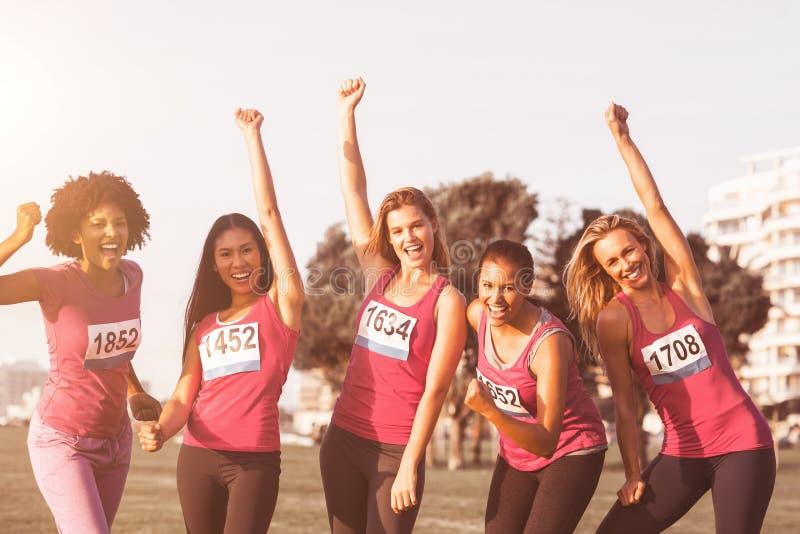 Bifallkvinnor som stöttar bröstcancermaraton arkivbilder