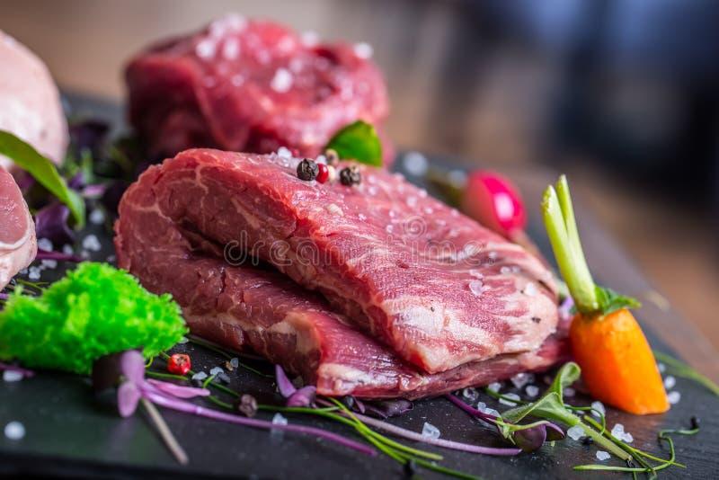 Bife Bife de carne carne Carne repartida Carne fresca crua Bife do lombo Bife do lombo Acém Decoração do vegetal do peito de pato fotos de stock royalty free