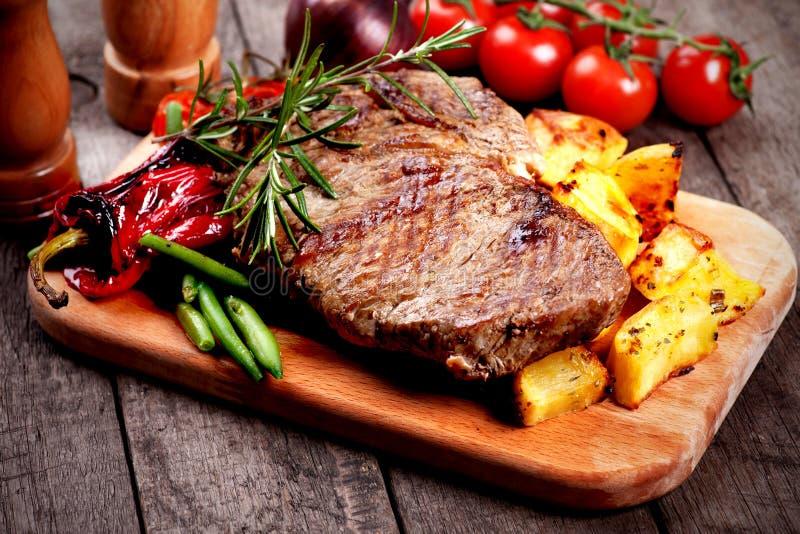 Bife com batata roasted imagem de stock