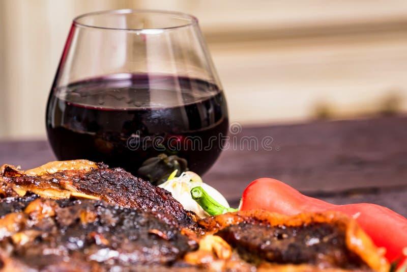 Bife com especiarias, vegetais e fim do vinho imagem de stock royalty free