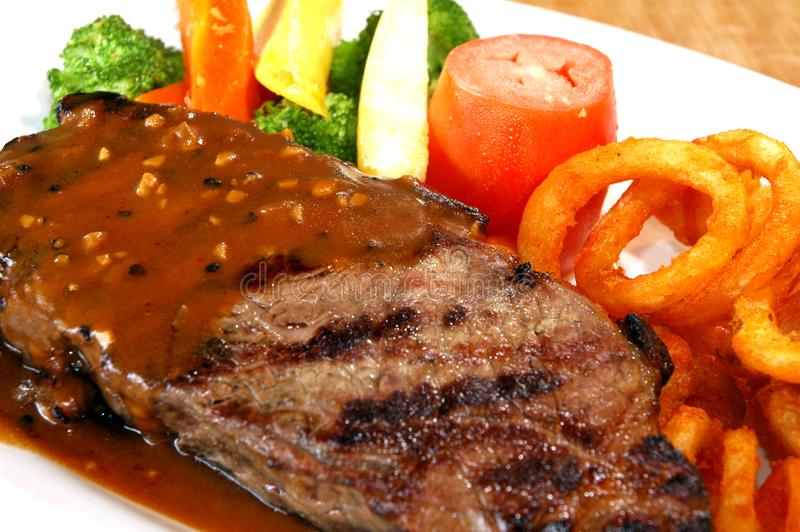 Bife com vegetais imagem de stock