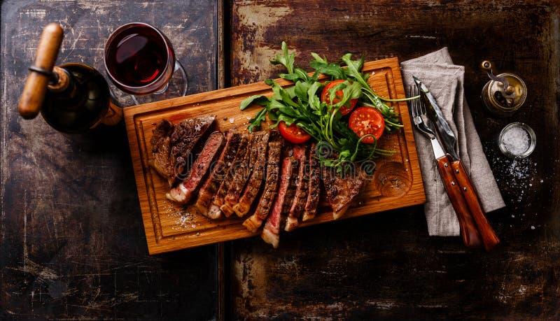 Bife cortado com rúcula salada e vinho tinto imagens de stock royalty free