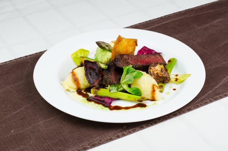 Bife cortado com vegetais grelhados foto de stock