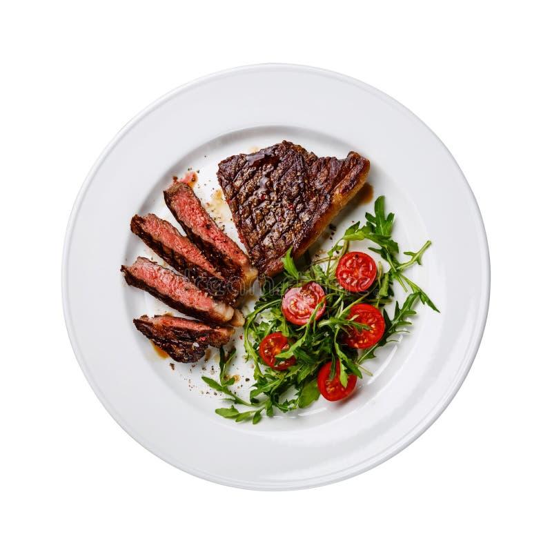 Bife cortado e salada isolados imagem de stock